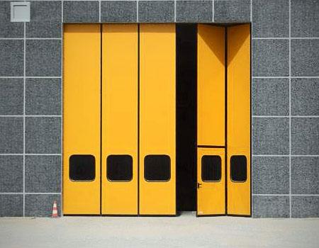 Складные ангарные ворота желтого цвета