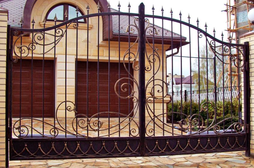 Распашные железные ворота