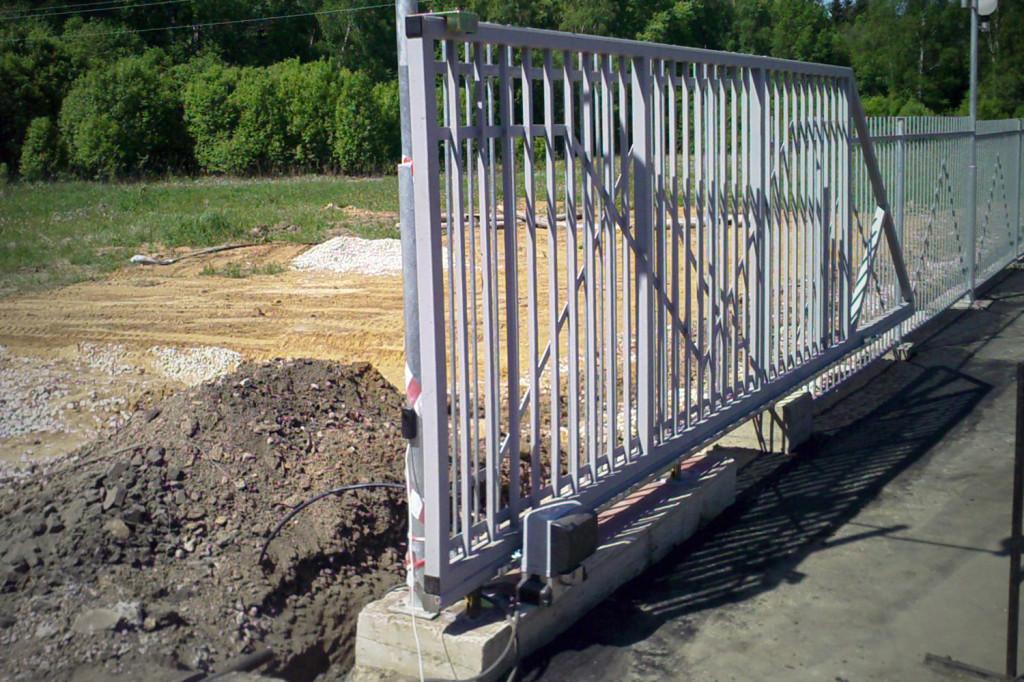 Откатные ворота при монтаже на фундамент