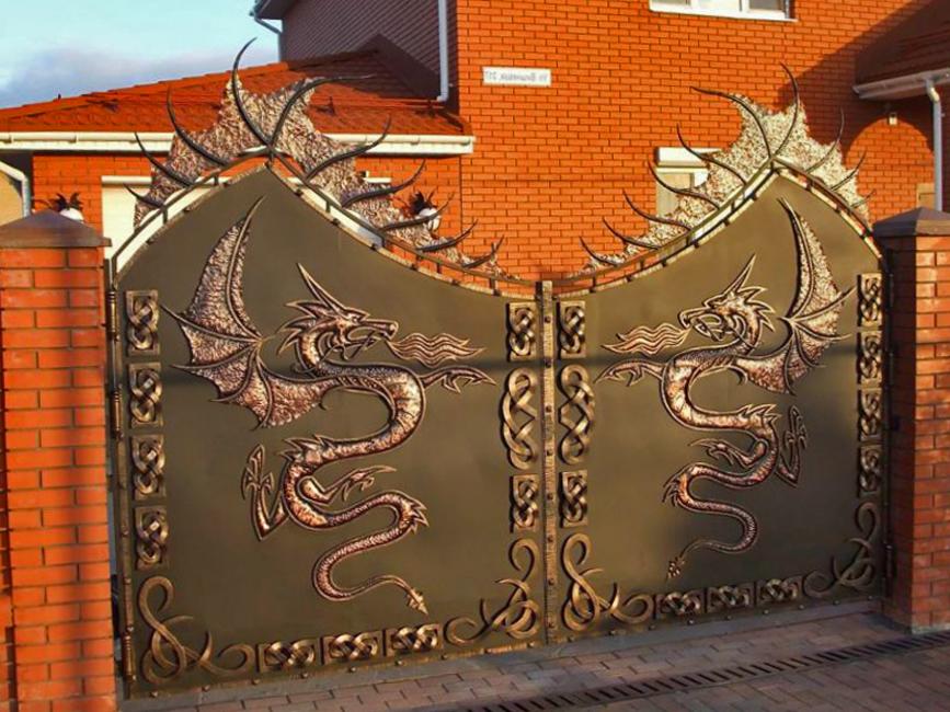 Драконы на кованых воротах