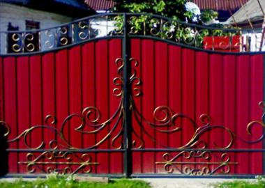 Красная деревянная конструкция