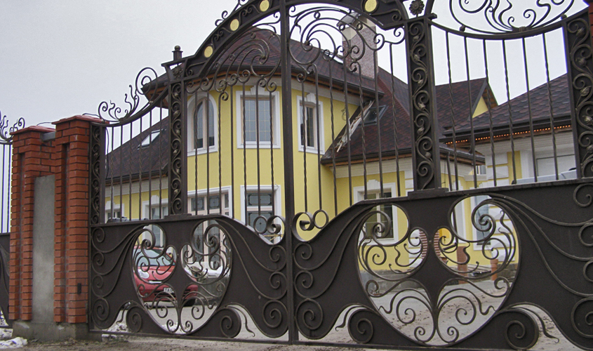 Ворота на входе к дому