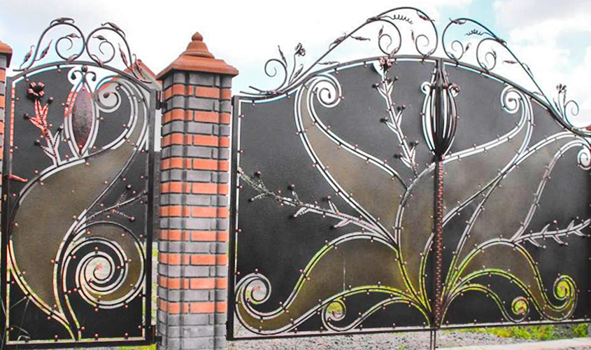 Ворота на входе с художественными деталями