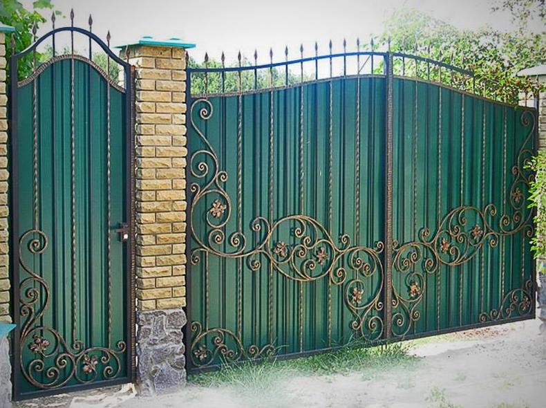 Фотография ворот из профлиста у загородного дома