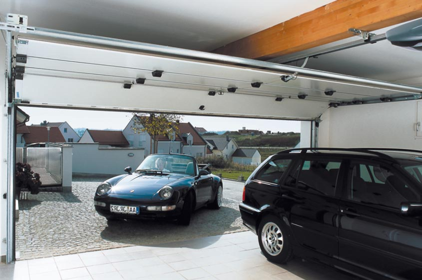 Въезд в гараж через подъемное заграждение