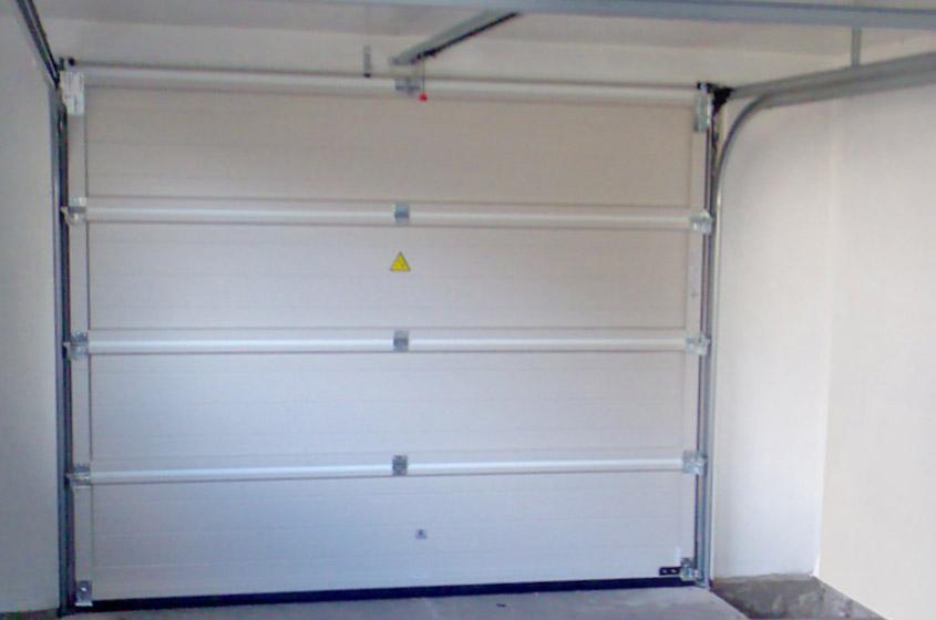 Секционные автоматические ворота в гараже