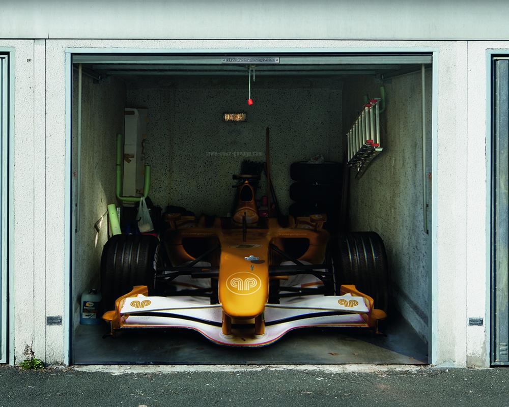 Наклейка с фото тачки на гаражных воротах