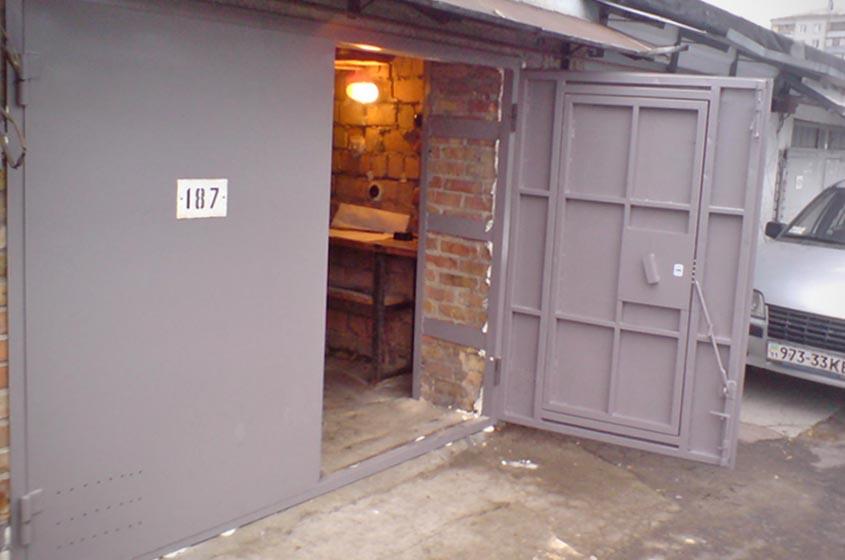 Распашные гаражные ворота для загородного дома