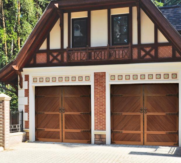 Гаражные ворота на цокольном этаже дома