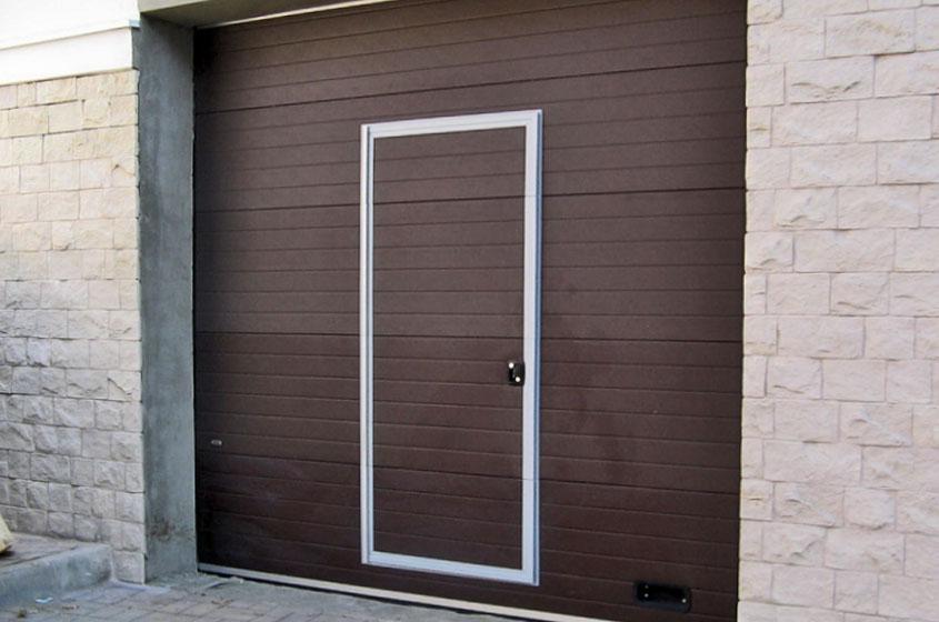 Встроенная калитка в секционных воротах в гараже