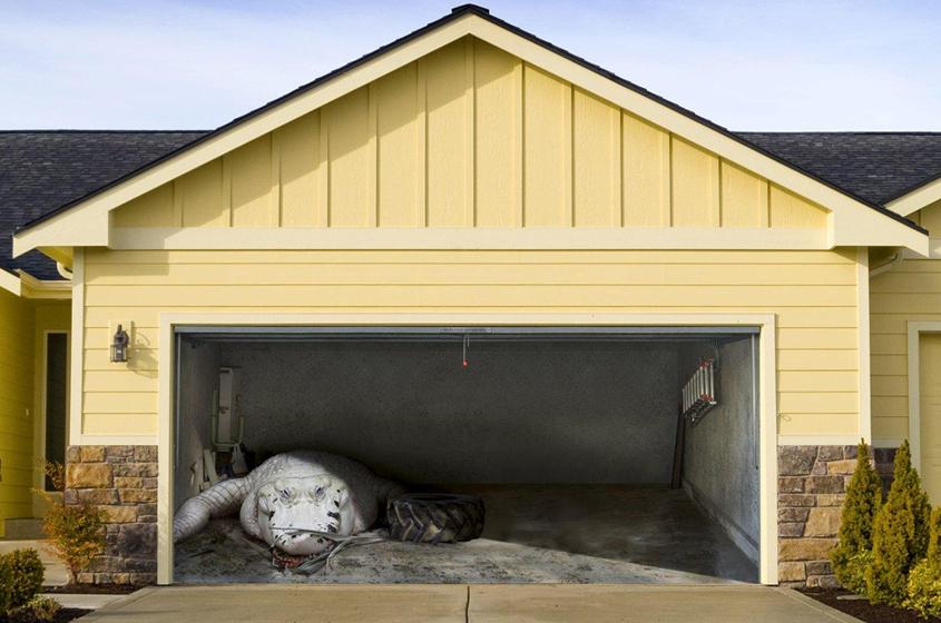 Реалистичный крокодил на воротах гаража