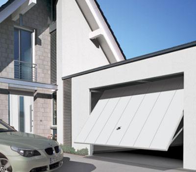 Подъемные ворота в гараже дома