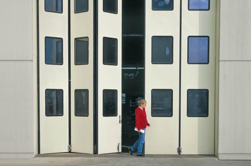 Складчатые ворота в производственном цехе