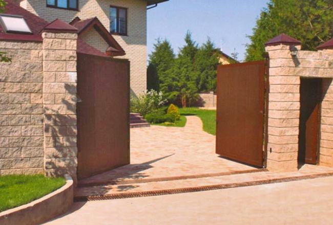 Распашные ворота на дачном участке