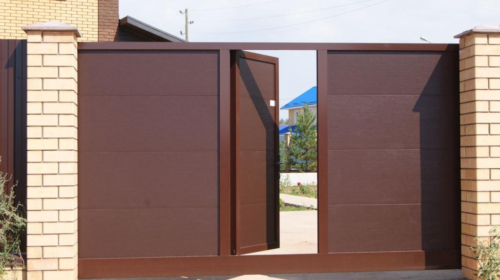 Установленная калитка в полотно ворот